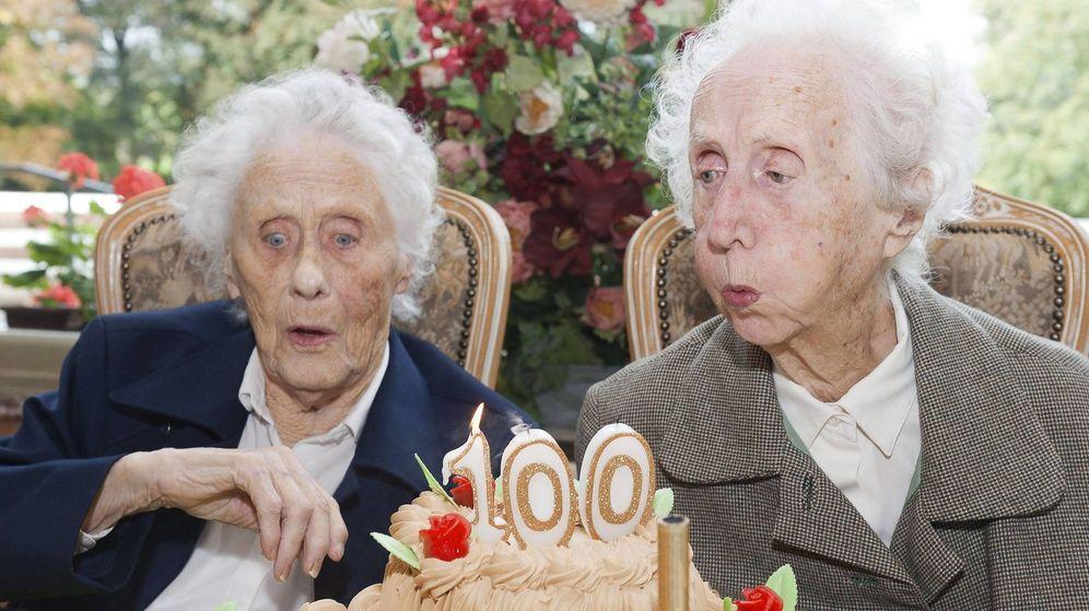 Foto: Fotografía de archivo de dos gemelas soplando las velas durante la celebración de su 100 cumpleaños en una residencia de ancianos. (EFE)