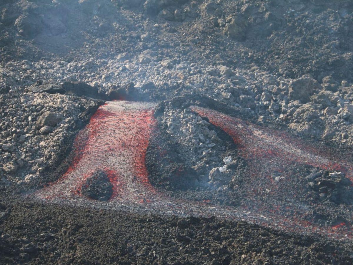 Foto: La salida de uno de los tubos de lava del volcán de La Palma. (EFE)