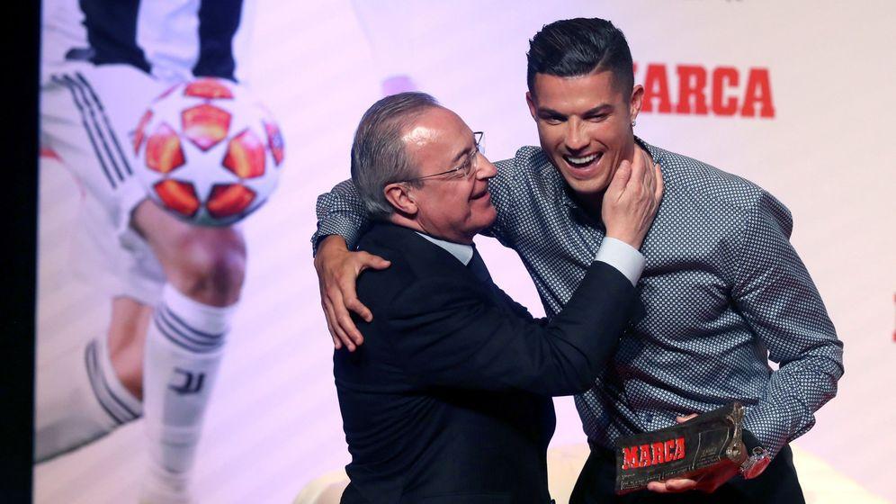 Foto: Cristiano Ronaldo y Florentino Pérez, durante la gala de Marca en la que se premió al luso por su trayectoria. (EFE)