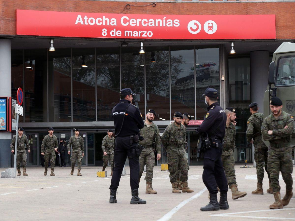Foto: Despliegue militar de la Operación Balmis y de la policía en la estación de Atocha en Madrid. (EFE)