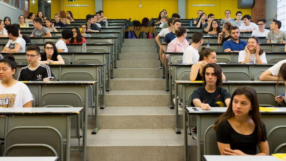 Foto: Un grupo de alumnos se examina de selectividad. (EFE)