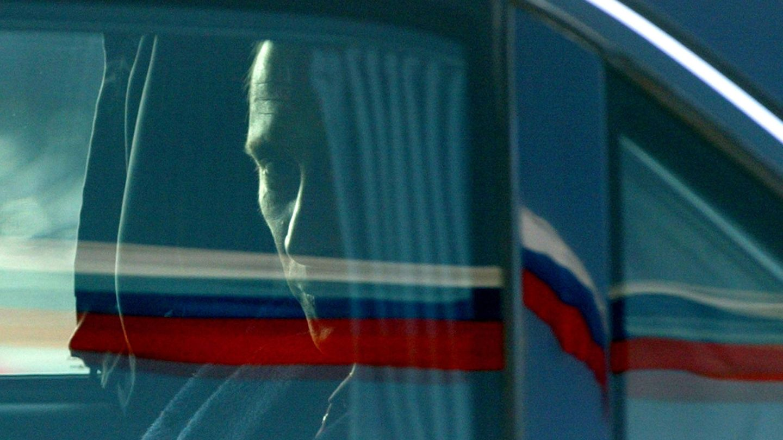 Putin abandona el aeropuerto berlinés de Tegel en una limusina blindada, en 2003. (Reuters)