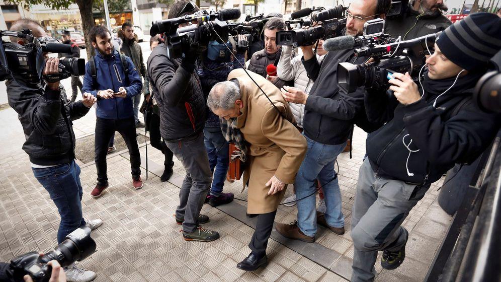 Foto: El abogado de la joven madrileña que denunció haber sufrido una violación grupal, a su llegada al Palacio de Justicia de Navarra. (EFE)