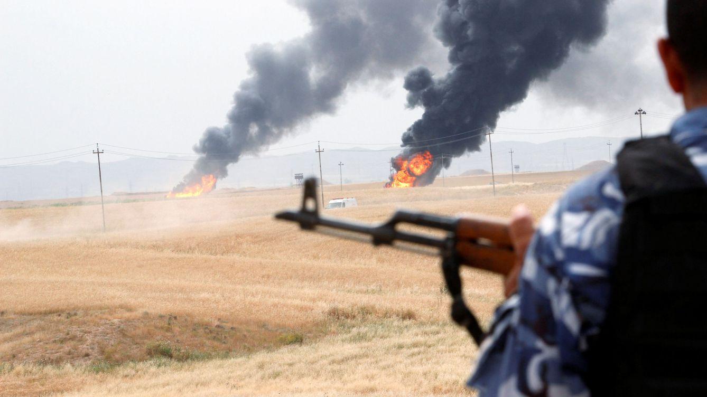 Foto: Un miembro de las fuerzas de seguridad kurdas monta guardia tras un sabotaje en dos pozos petrolíferos en el yacimiento de Khabbaz, a 20 kilómetros al suroeste de Kirkuk, en mayo de 2016. (Reuters)