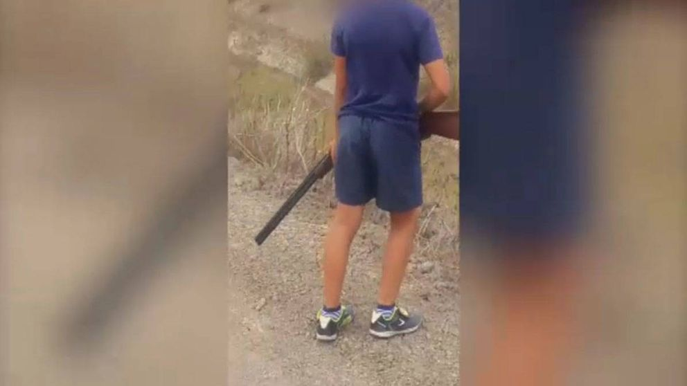 Investigan a un cazador por incitar a su hijo menor de edad a disparar contra aves protegidas