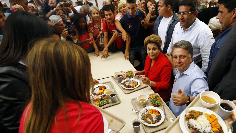 Anthony Garotinho y la presidenta Dilma Rousseff visitan un restaurante popular durante la campaña para la reelección del Gobernador, en Río de Janeiro, en agosto de 2014. (Reuters)