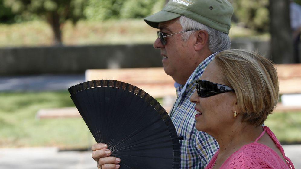 Foto: Una pareja pasea por el Puente de Toledo, en la zona del parque de Madrid Río, donde se prevén más de 25ºC. (EFE)