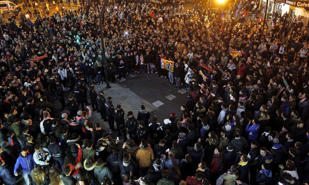 Foto: Cientos de aficionados, antes y después del partido, se congregaron en los alrededores de Mestalla para denunciar la caótica situación del club (EFE)