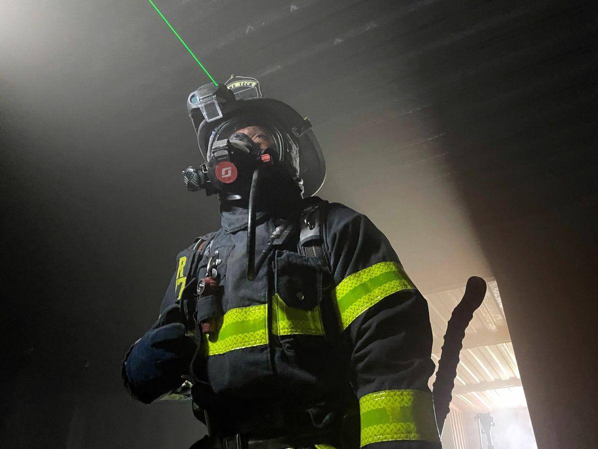Foto: El bombero Norman Bolaños lleva un casco con rayos láser bautizado C-Thru. (Foto: EFE)