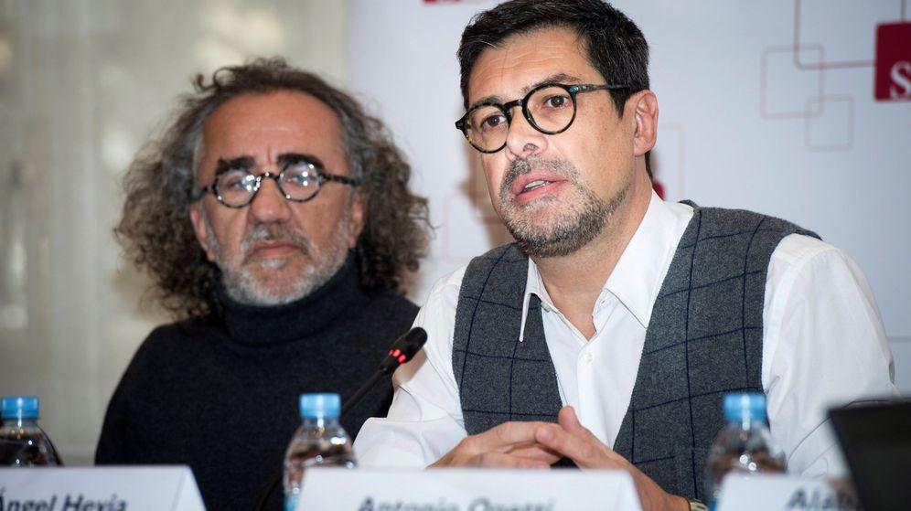 Foto: El presidente de la SGAE, José Ángel Hevia (d), junto a Teo Cardala (i), durante la presentación de los nuevos estatutos. (EFE)