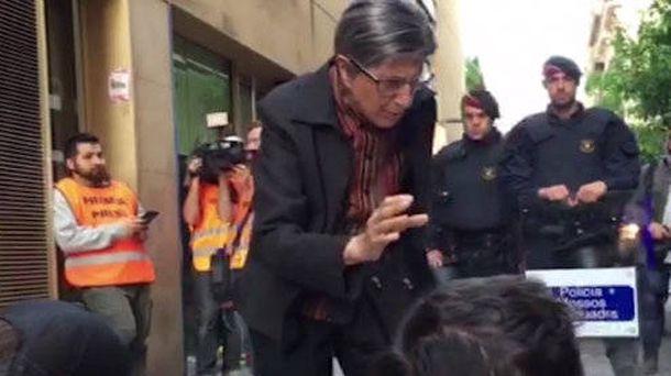 Foto: La mujer que este lunes se ha enfrentado a los okupas del barrio barcelonés de Gràcia. (La Vanguardia)