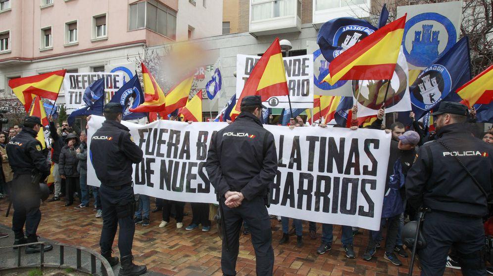 Foto: El colectivo de ultraderecha Hogar Social Madrid en una concentración en Tetuán con el lema 'Fuera bandas latinas de nuestros barrios'. (EFE)