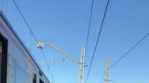 Viajeros de cercanías abandonan los trenes y se echan a las vías de Atocha por una avería