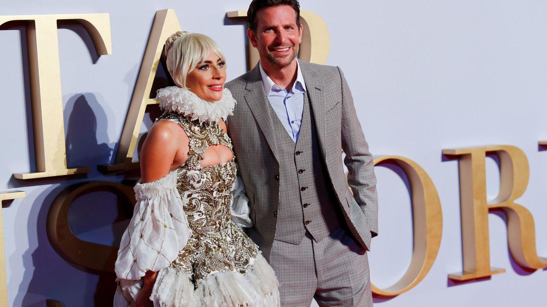Lady Gaga y Bradley Cooper en la première londinense de 'Ha nacido una estrella'. (Reuters)