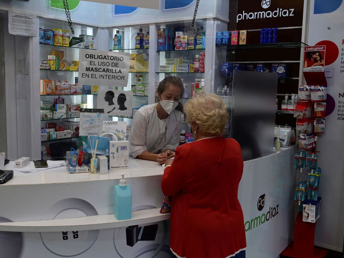Foto: Una anciana en una farmacia de Madrid. (EFE)
