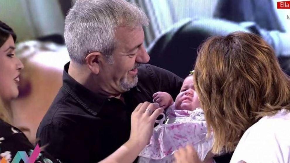 Carlos Sobera se emociona con el primer bebé de 'First Dates'