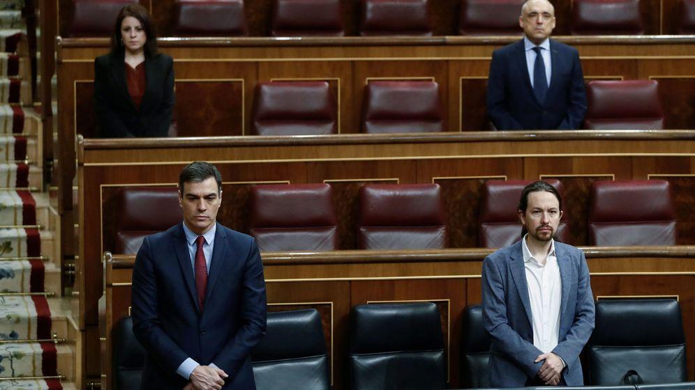 Foto: El presidente del Gobierno, Pedro Sánchez, y el vicepresidente segundo, Pablo Iglesias, durante un pleno en el Congreso. (EFE)