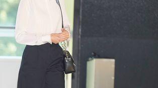 Los detalles de la nueva camisa de la reina Letizia de Karl Lagerfeld (precio incluido)