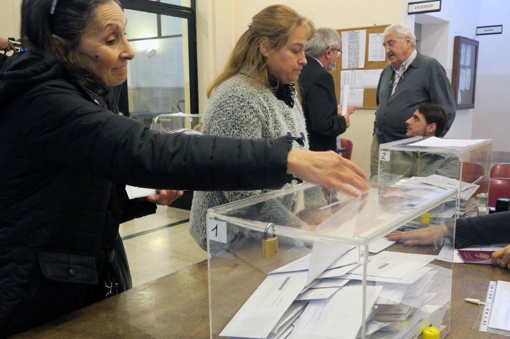 Foto: Españoles residentes en Argentina votan para las elecciones generales del 26 de junio de 2016, en Buenos Aires. (EFE)