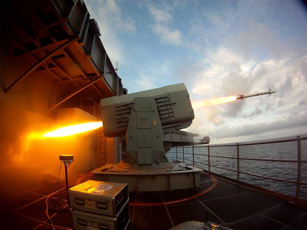 Foto: Lanzamiento del un misil RAM a bordo del portaaviones USS Theodore Roosevelt (US NAVY)