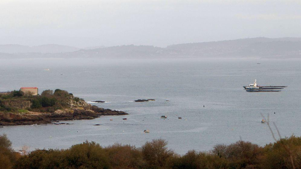 Foto: Vista de la playa de Foxo este lunes, donde comienzan las operaciones para reflotar el narcosubmarino. (EFE)