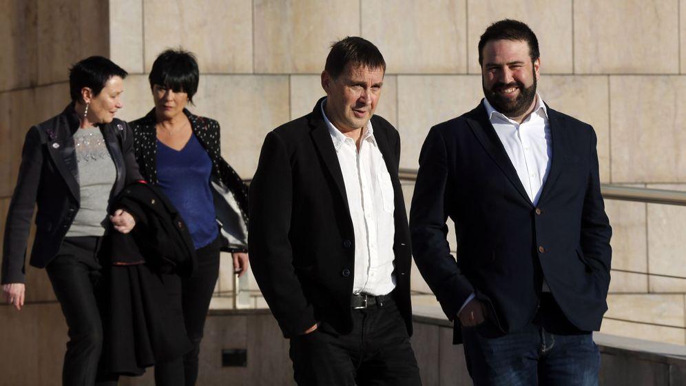 Foto: Los miembros de EH Bildu, Mailen Iriarte, (2i) Jon Iñarritu, (d) Ione Goirizelaia (I) y Arnaldo Otegi, (2d). (EFE)