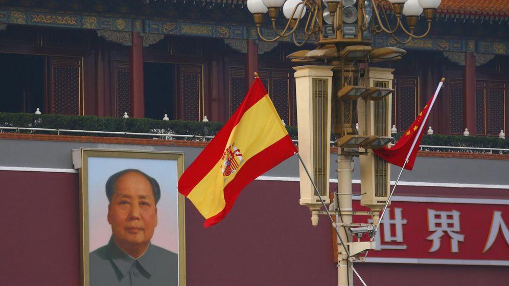Foto: La bandera de España ondea en Beijing junto al expresidente Mao Zedong.