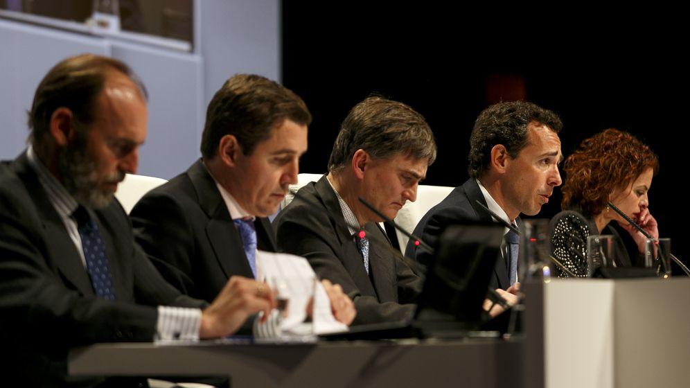 Foto: Beltrán Parages y Fernando Bernad (en primer plano), junto a Francisco García Paramés en la conferencia de inversores de Bestinver de 2014 (Efe)