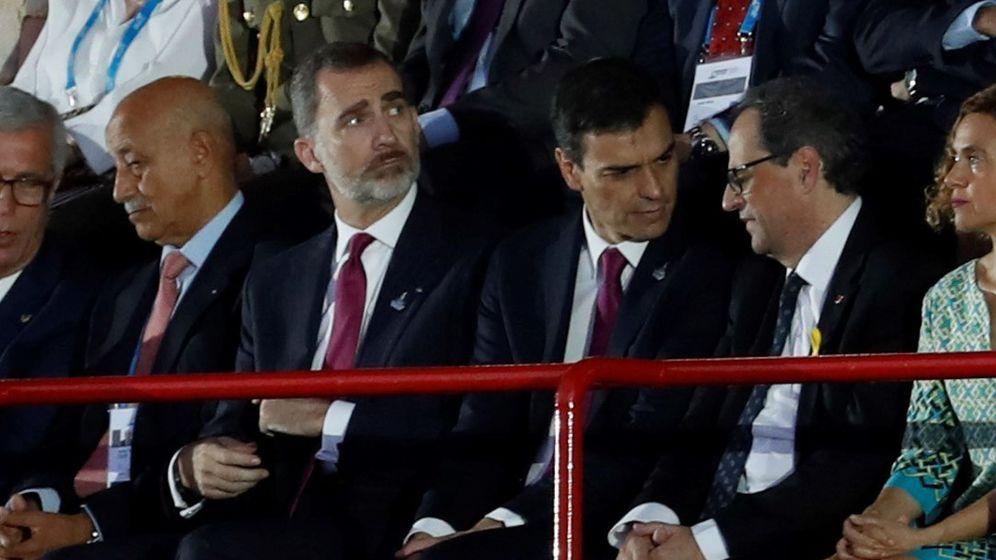 Foto: Pedro Sánchez y Quim Torra charlan en la inauguración de los Juegos del Mediterráneo. (EFE)