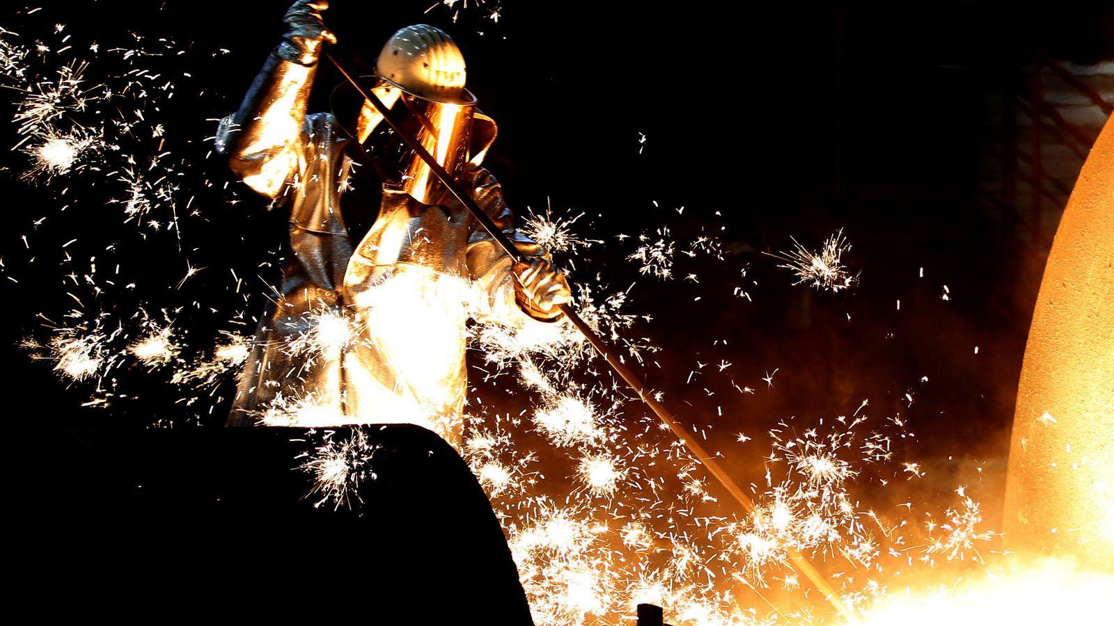 Foto: Un trabajador en una fábrica en Alemania (Reuters)