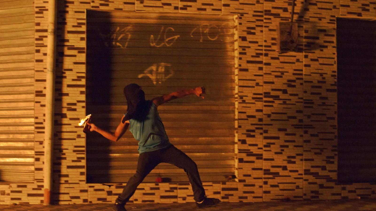 Foto: Un joven brasileño lanza un cóctel Molotov en Río de Janerio, Brasil (Reuters)
