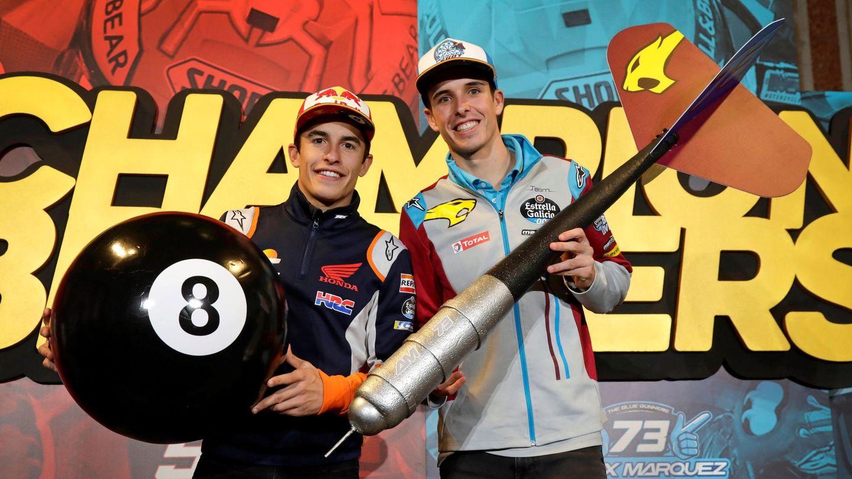 Los hermanos Marc y Älex celebrando sus títulos en Cervera. (EFE)