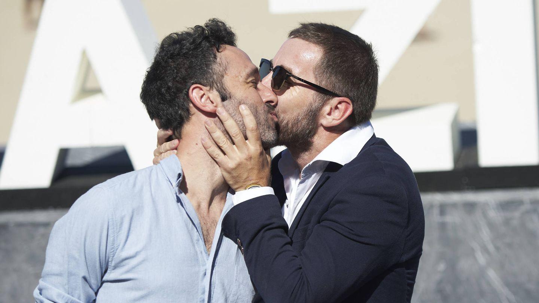 Antonio de la Torre besa a Rodrigo Sorogoyen. (Getty)