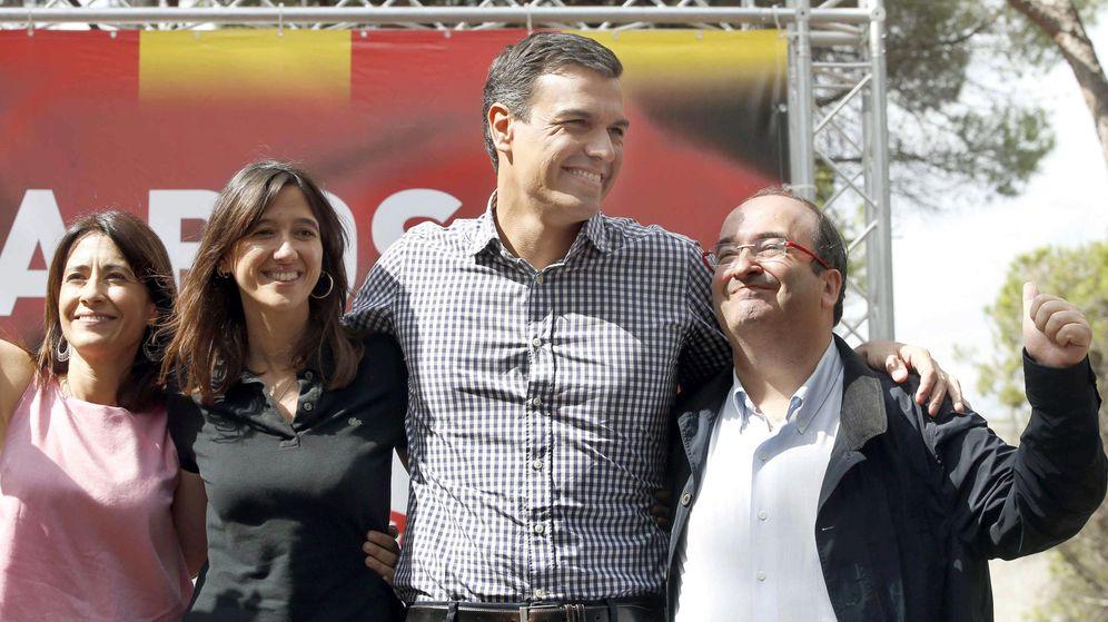 Foto: El exsecretario general del PSOE, Pedro Sánchez, en la fiesta de la Rosa, junto a la alcaldesa de Santa Coloma, Núria Parlón, el líder del PSC, Miquel Iceta (d) y la alcaldesa de Gavà, Raquel Sánchez (i). (EFE)