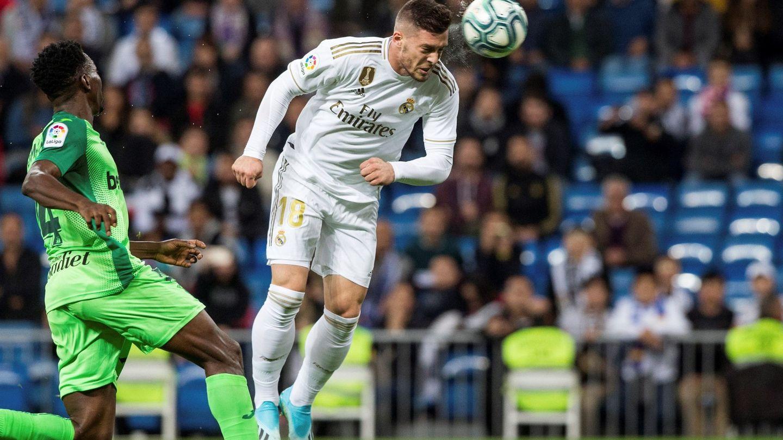Luka Jovic remata de cabeza en el partido contra el Leganés. (Efe)