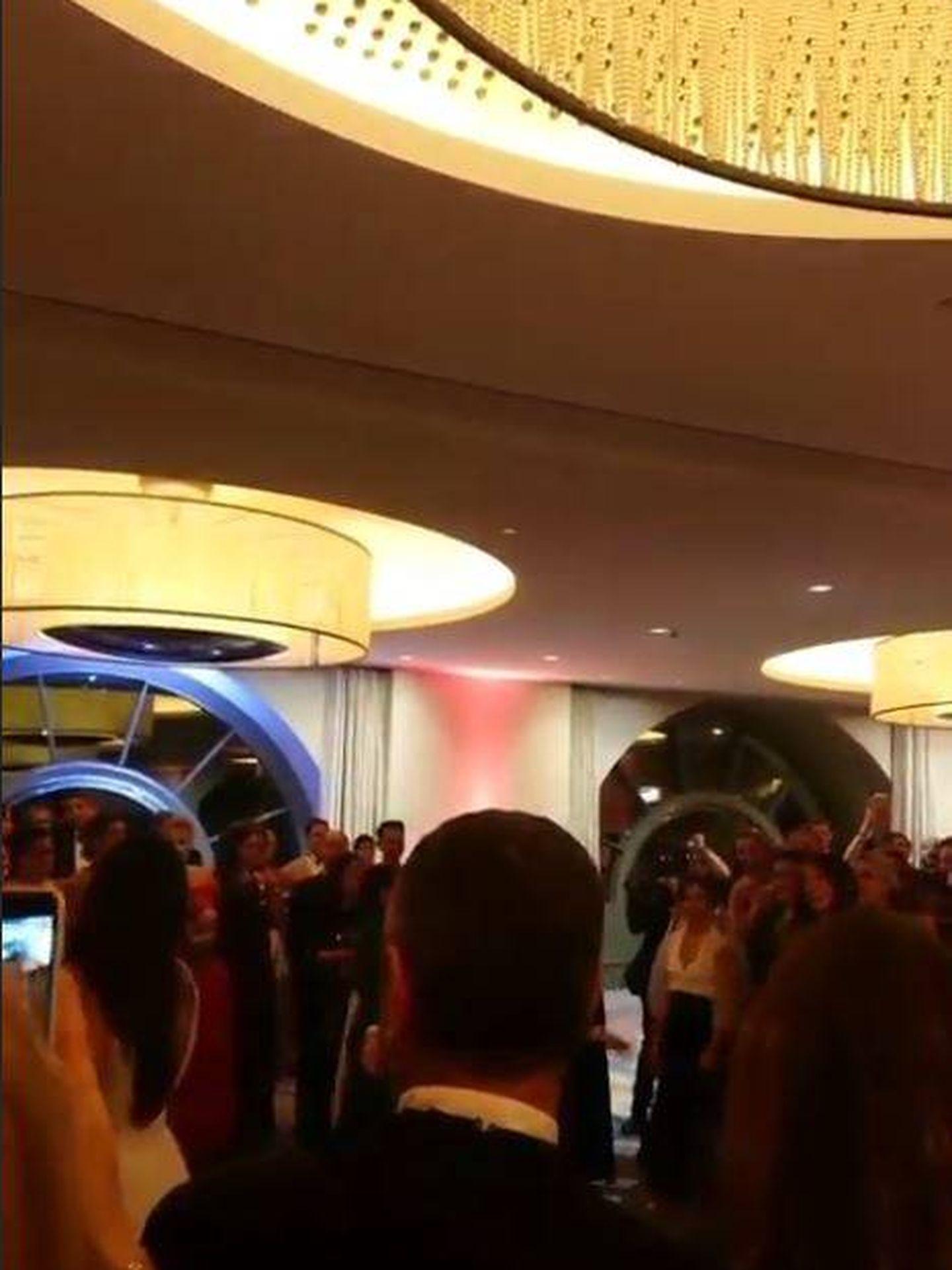 Marie, en la parte izquierda de la imagen, preparada para lanzar su ramo de novia. (@tom.martini)