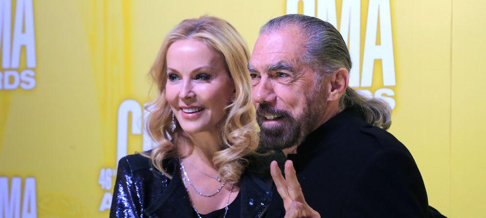 Foto: ¿Es el símbolo de la paz o el de la victoria? John Paul DeJoria junto a su esposa en la gala de los Premios de la Música Country de 2012. (Reuters)