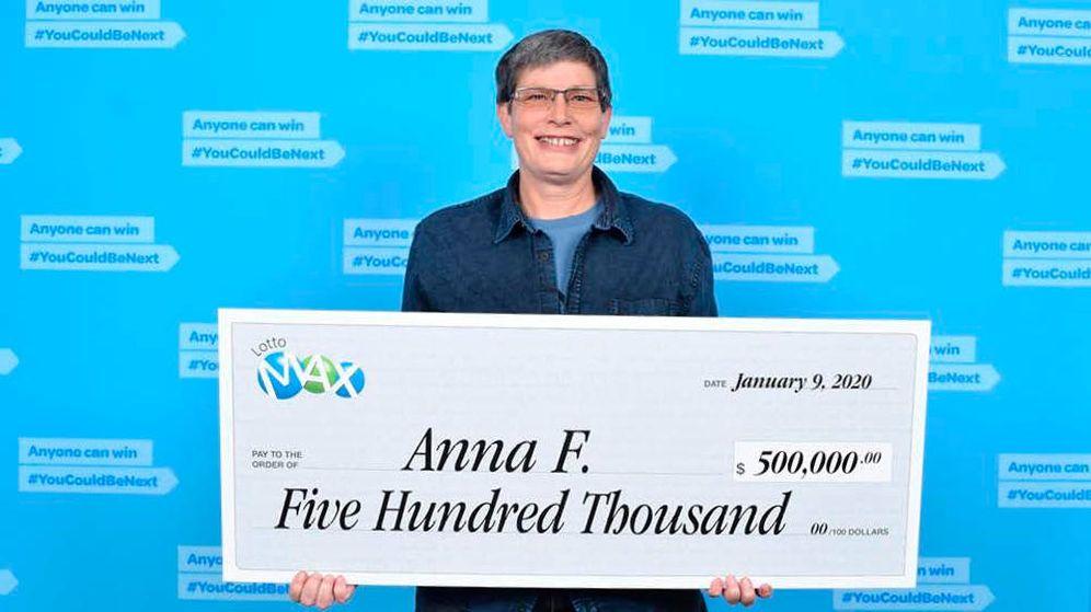 Foto: Anna Fodor posa con su cheque millonario de la lotería (Foto: Lotto Max)