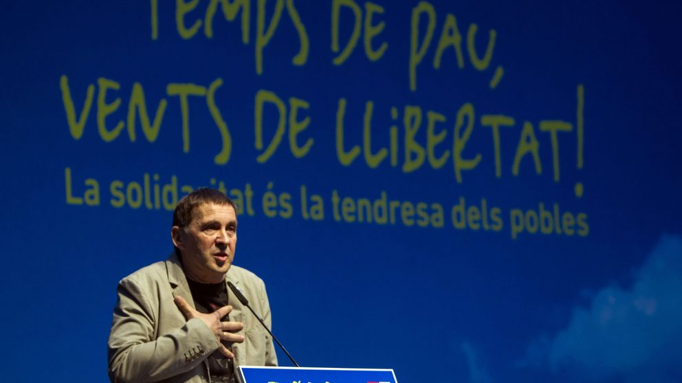 Puigdemont avala la visita de Otegi  al Parlament entre aplausos de la CUP