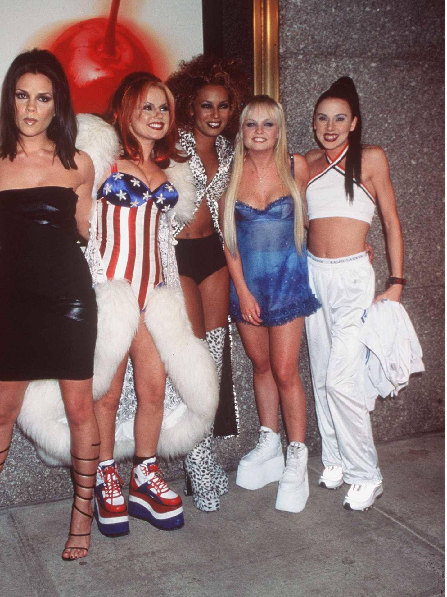 Victoria Beckham destaca en esta imagen de las Spice por su icónico vestido negro. (Getty)