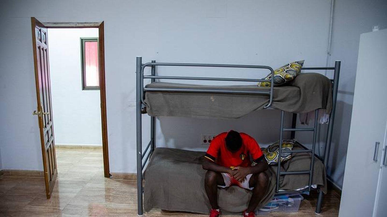 Una de los menores sentado en uno de los dormitorios donde convive con otros MENA. (Foto: Fernando Ruso)