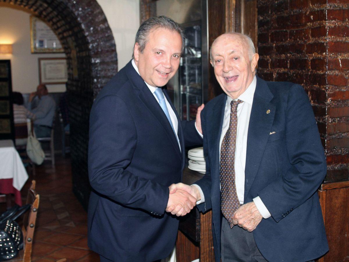Foto: Lucio Blázquez, junto a Antonio Miguel Carmona, en el restaurante Casa Lucio. (Elio Valderrama)