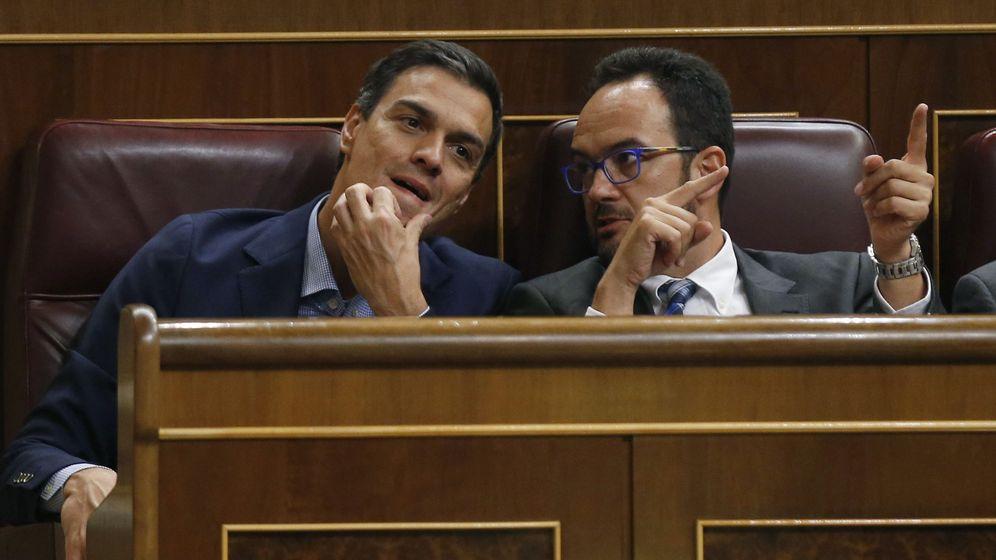 Foto: El líder del PSOE, Pedro Sánchez (i), conversa con el portavoz parlamentario de su partido, Antonio Hernando. (EFE)