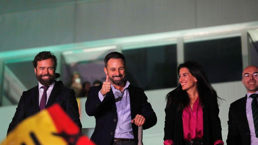 Foto: Espinosa de los Monteros, Abascal y Monasterio, la noche electoral. (Reuters)
