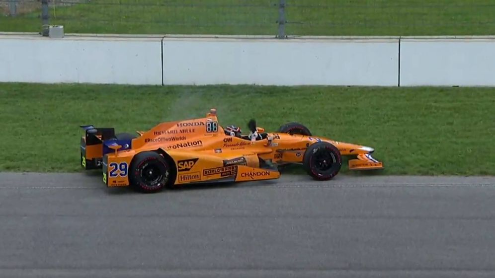 Foto: Fernando Alonso en el momento de abandonar.