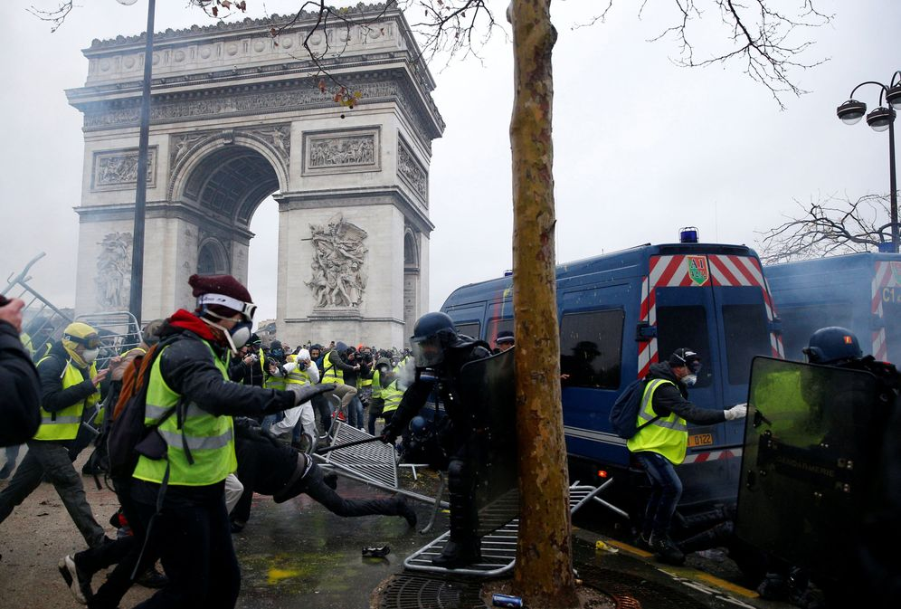 Foto: Choques entre manifestantes y antidisturbios frente al Arco de Triunfo. (Reuters)