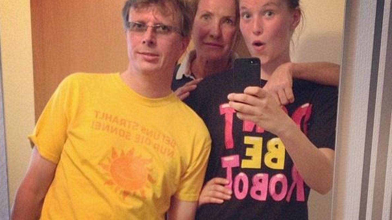Anna con sus padres, Mercedes Barrachina y Ralf Fuge