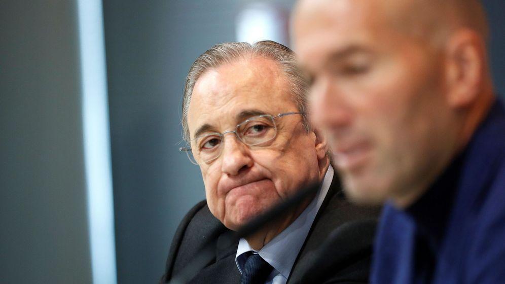 Foto: Florentino Pérez mira con atención a Zidane en el día de la despedida del entrenador francés. (Efe)