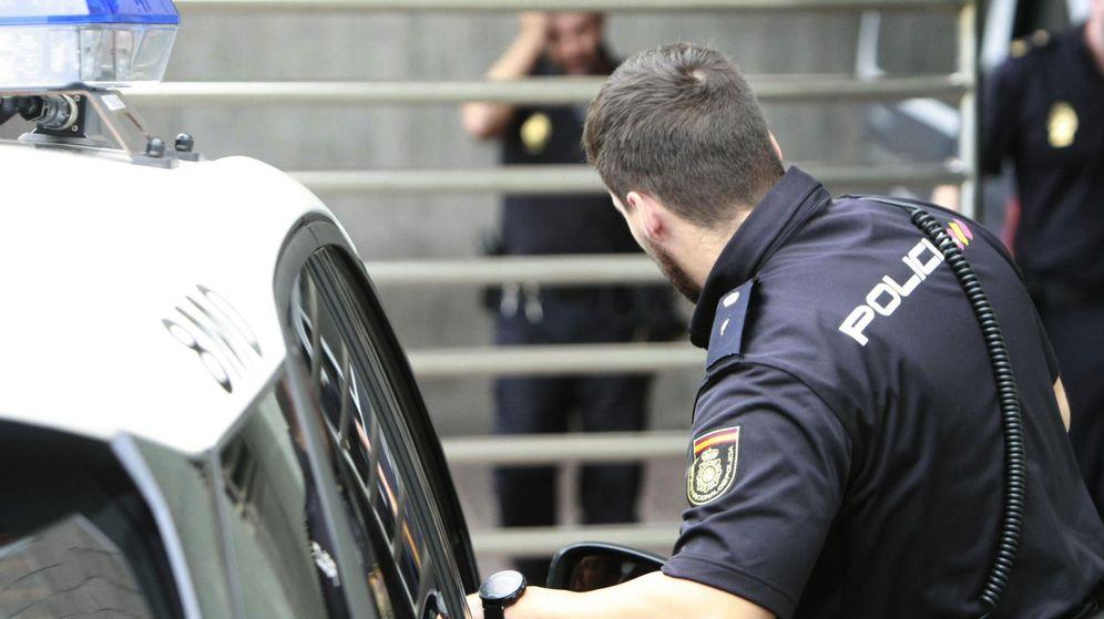 Foto: Agentes del Cuerpo Nacional de Policía a la entrada de los juzgados de A Coruña. (EFE)