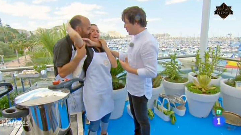 El director abraza a la actriz tras venirse abajo.